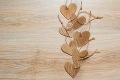 Coeurs faits main de papier d'emballage sur la texture en bois de fond Photo libre de droits