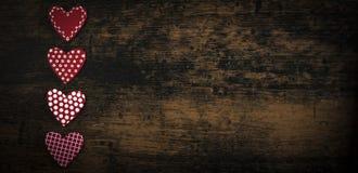 Coeurs faits main de vintage de valentines au-dessus de valentine en bois de fond au-dessus de rétro en bois dénommé Photographie stock