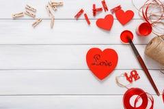Coeurs faits main diy de Saint Valentin faisant, vue supérieure sur le bois Image libre de droits