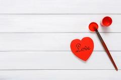 Coeurs faits main diy de Saint Valentin faisant, vue supérieure sur le bois Photos libres de droits