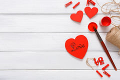 Coeurs faits main diy de Saint Valentin faisant, vue supérieure sur le bois Photographie stock libre de droits
