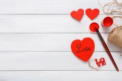 Coeurs faits main diy de Saint Valentin faisant, vue supérieure sur le bois Photos stock