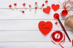 Coeurs faits main diy de Saint Valentin faisant, vue supérieure sur le bois Photo libre de droits