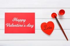 Coeurs faits main diy de Saint Valentin faisant, vue supérieure sur le bois Photographie stock