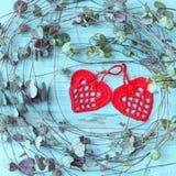 Coeurs faits main rouges d'amour de crochet sur le fond en bois bleu de texture Concept de carte de jour de valentines Coeur pour Image libre de droits