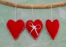 Coeurs faits main rouges sur le fond de métier Papier peint de vacances Valentines de St d'amour Photo stock