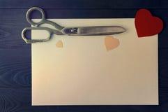 Coeurs, feuille et ciseaux sur le fond foncé Photos libres de droits