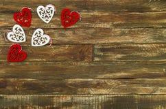 Coeurs floraux accrochant au-dessus du fond en bois de Brown Image stock