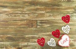 Coeurs floraux accrochant au-dessus du fond en bois de Brown Photo stock