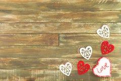 Coeurs floraux accrochant au-dessus du fond en bois de Brown de vintage Photo libre de droits