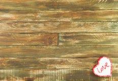 Coeurs floraux accrochant au-dessus du fond en bois de Brown de vintage Photos libres de droits