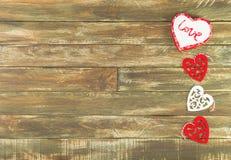 Coeurs floraux accrochant au-dessus du fond en bois de Brown de vintage Images libres de droits