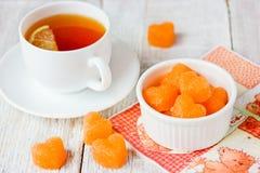 Coeurs formés par sucre colorés avec du jus de carotte Photos stock