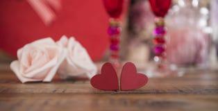 Coeurs heureux de Saint Valentin sur le fond en bois, concept d'amour de carte de voeux Photo libre de droits