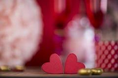 Coeurs heureux de Saint Valentin sur le fond en bois, concept d'amour de carte de voeux Photographie stock libre de droits