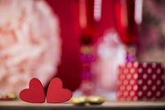 Coeurs heureux de Saint Valentin sur le fond en bois, concept d'amour de carte de voeux Photos stock