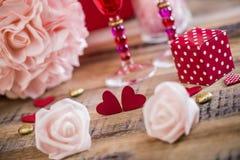 Coeurs heureux de Saint Valentin sur le fond en bois, concept d'amour de carte de voeux Images libres de droits