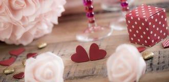 Coeurs heureux de Saint Valentin sur le fond en bois, concept d'amour de carte de voeux Photos libres de droits
