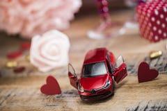 Coeurs heureux de Saint Valentin sur le fond en bois, concept d'amour de carte de voeux Image stock