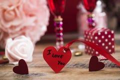 Coeurs heureux de Saint Valentin sur le fond en bois, concept d'amour de carte de voeux Photo stock