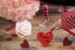 Coeurs heureux de Saint Valentin sur le fond en bois, concept d'amour de carte de voeux Images stock