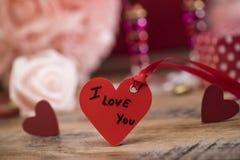 Coeurs heureux de Saint Valentin sur le fond en bois, concept d'amour de carte de voeux Photographie stock