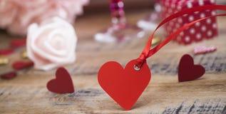 Coeurs heureux de Saint Valentin sur le fond en bois, concept d'amour de carte de voeux Image libre de droits