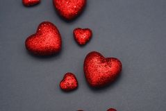 Coeurs heureux de Valentine Day Festive Sparkle Red Coeurs rouges de scintillement sur Gray Background Confettis d'amour de scint Images libres de droits