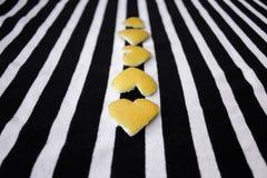 Coeurs jaunes dans la ligne Photos libres de droits