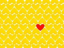 Coeurs jaunes et un coeur rouge Image stock