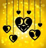Coeurs noirs accrochant accrocher sur les chaînes Photographie stock libre de droits