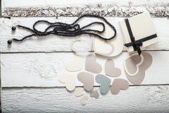 Coeurs papier, cadeau de textile dans l'emballage noir et blanc, Saint-Valentin de perles noires Image libre de droits