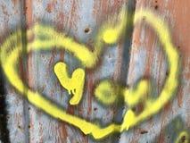 Coeurs peints colorés sur un mur en métal photographie stock