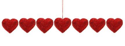 Coeurs perlés rouges d'isolement contre le blanc Photo stock
