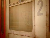 Coeurs romantiques dessinés sur une fenêtre sale de train photo libre de droits