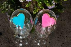 Coeurs roses et bleus dans les verres sur le miroir images libres de droits
