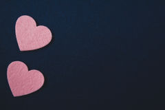 Coeurs roses sur le fond bleu-foncé de feutre Image stock