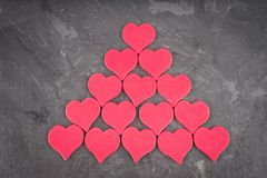 coeurs roses sur un fond gris Le symbole du jour de l'amant Photo libre de droits