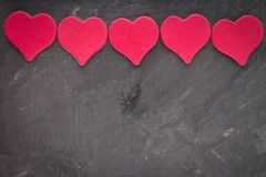 coeurs roses sur un fond gris Le symbole du jour de l'amant Photographie stock libre de droits