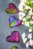 Coeurs roses violets noirs faits maison sur un fond concret gris Le concept de Valentine \ du 'jour de s Un symbole de l'amour Image libre de droits