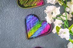 Coeurs roses violets noirs faits maison sur un fond concret gris Le concept de Valentine \ du 'jour de s Un symbole de l'amour Image stock