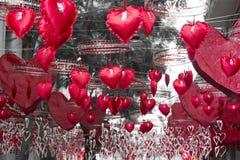 Coeurs rouges accrochant et se déplaçant le secteur de Gracia, Barcelone Photographie stock libre de droits