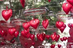 Coeurs rouges accrochant et se déplaçant le secteur de Gracia, Barcelone Images libres de droits
