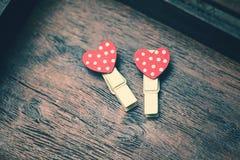 Coeurs rouges affectueux sur le fond en bois de vintage Photographie stock libre de droits