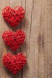 Coeurs rouges au-dessus de fond en bois pour des valentines Photographie stock libre de droits