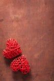 Coeurs rouges au-dessus de fond en bois pour des valentines Photographie stock