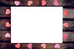 Coeurs rouges autour de la feuille blanche Image stock