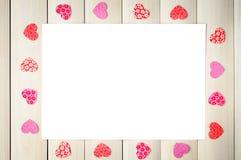 Coeurs rouges autour de la feuille blanche Photo stock