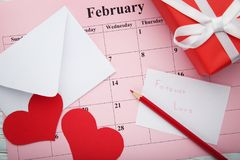 Coeurs rouges avec l'enveloppe Images stock