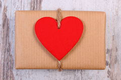 Coeurs rouges avec le cadeau enveloppé pour le jour de valentines sur la vieille table en bois Images libres de droits